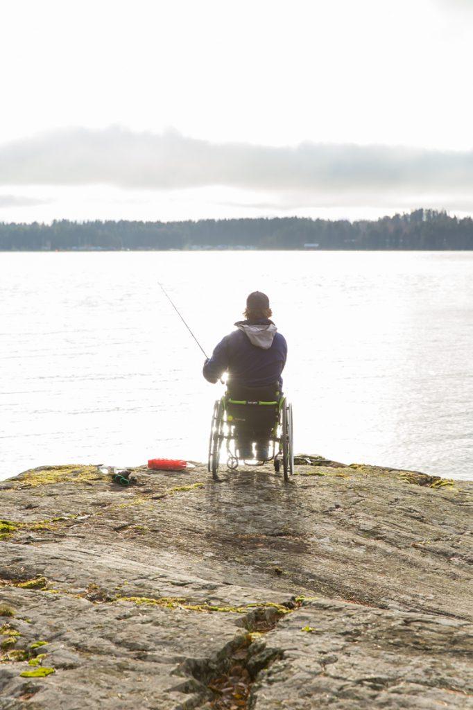Pyörätuolilla kalassa