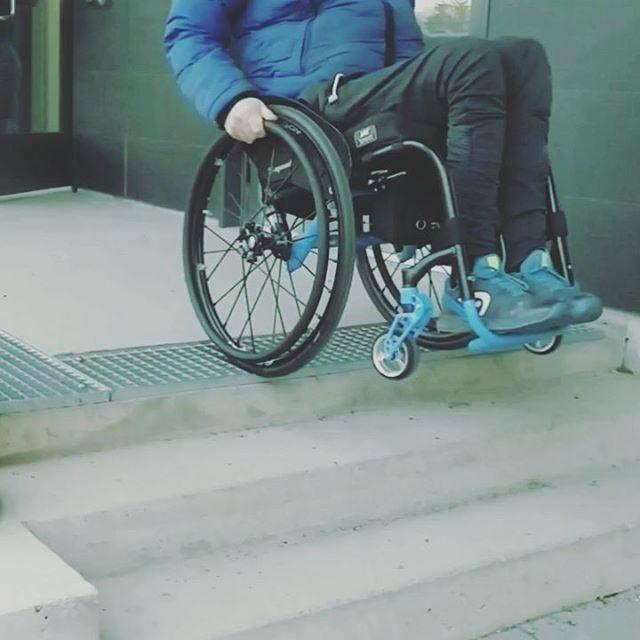 Täysjousitettu pyörätuoli